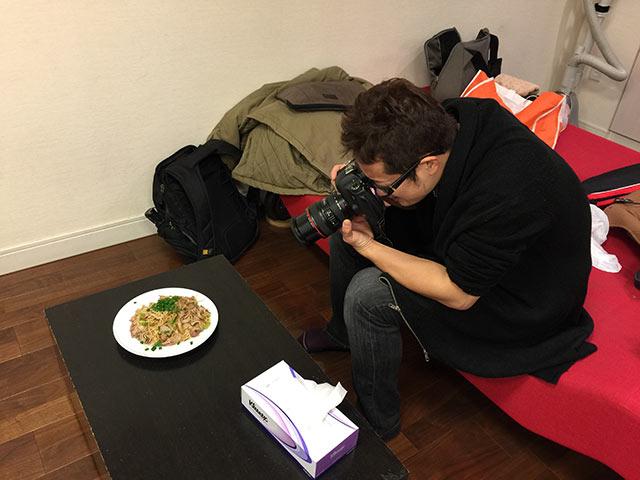 川崎ブログバカ七代目にて撮影するむねさだ