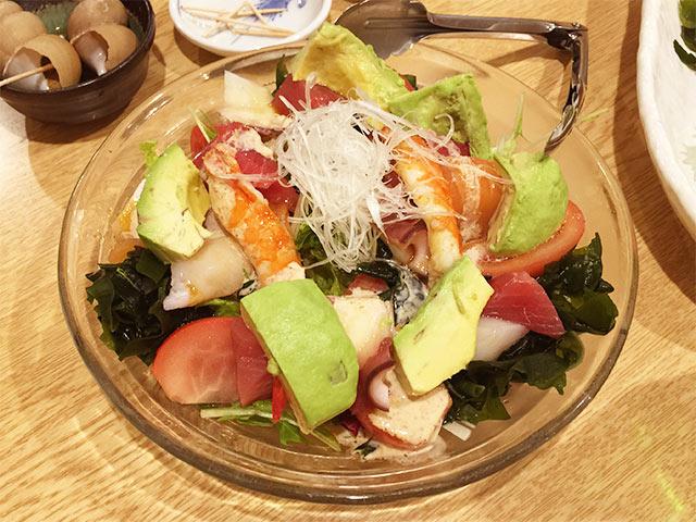鮨のだり半のアボカド海鮮サラダ