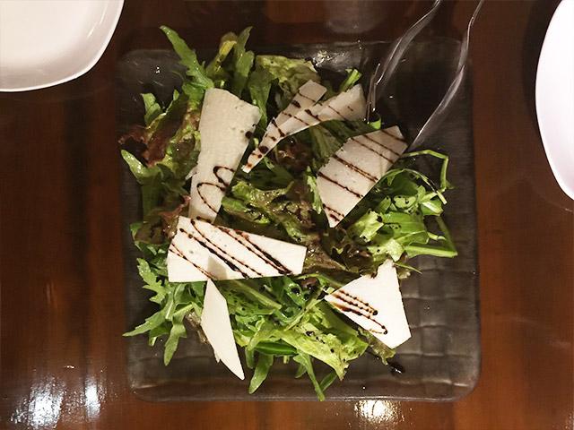 レオンビアンコのルッコラセルバチカとベラロディのサラダ