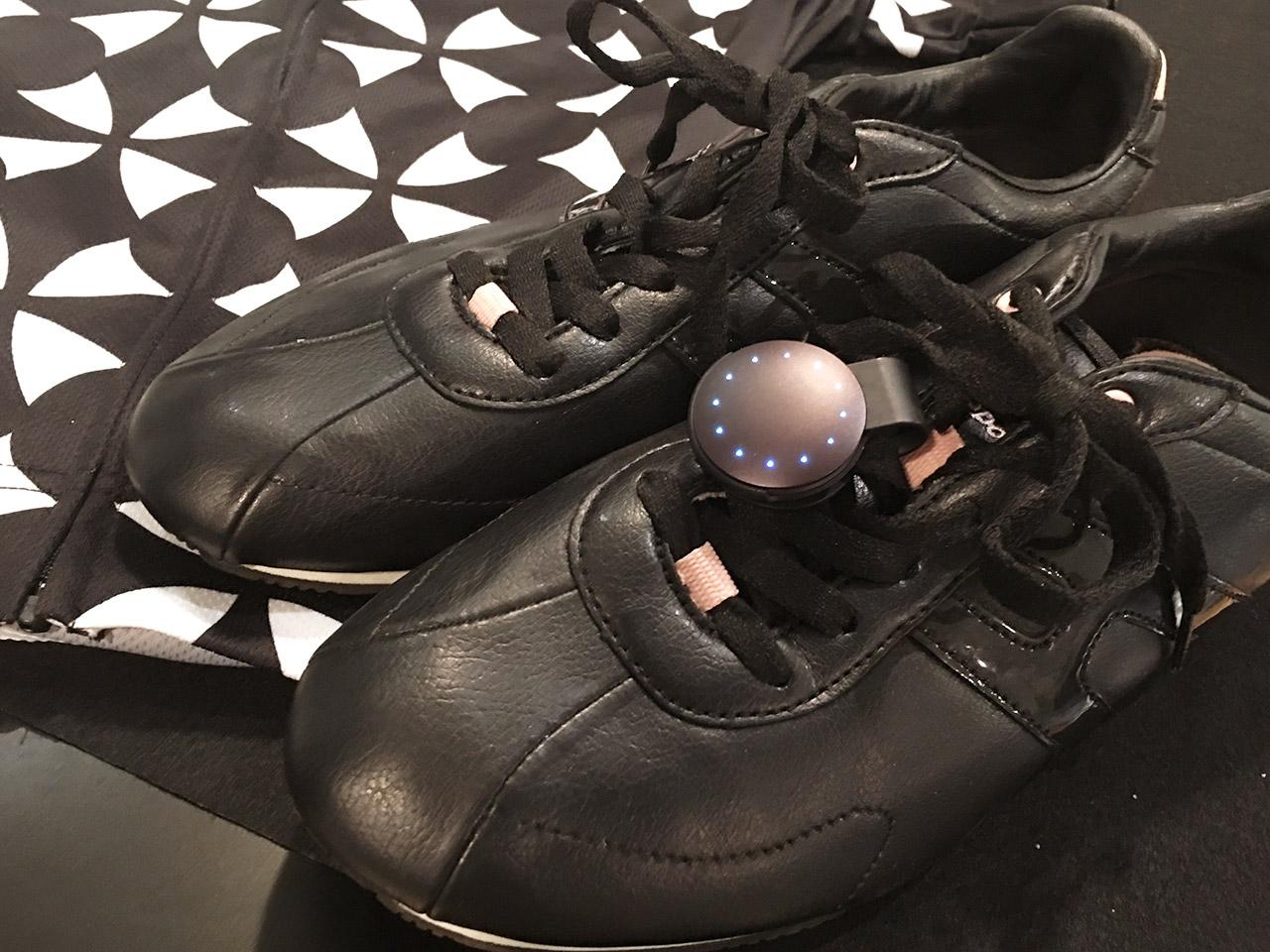 Misfit Shine 2を靴につけたところ