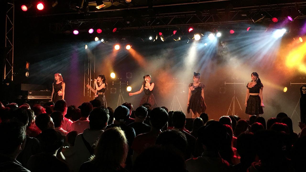 スタマリ@新宿BLAZEで横並びで歌うシーン
