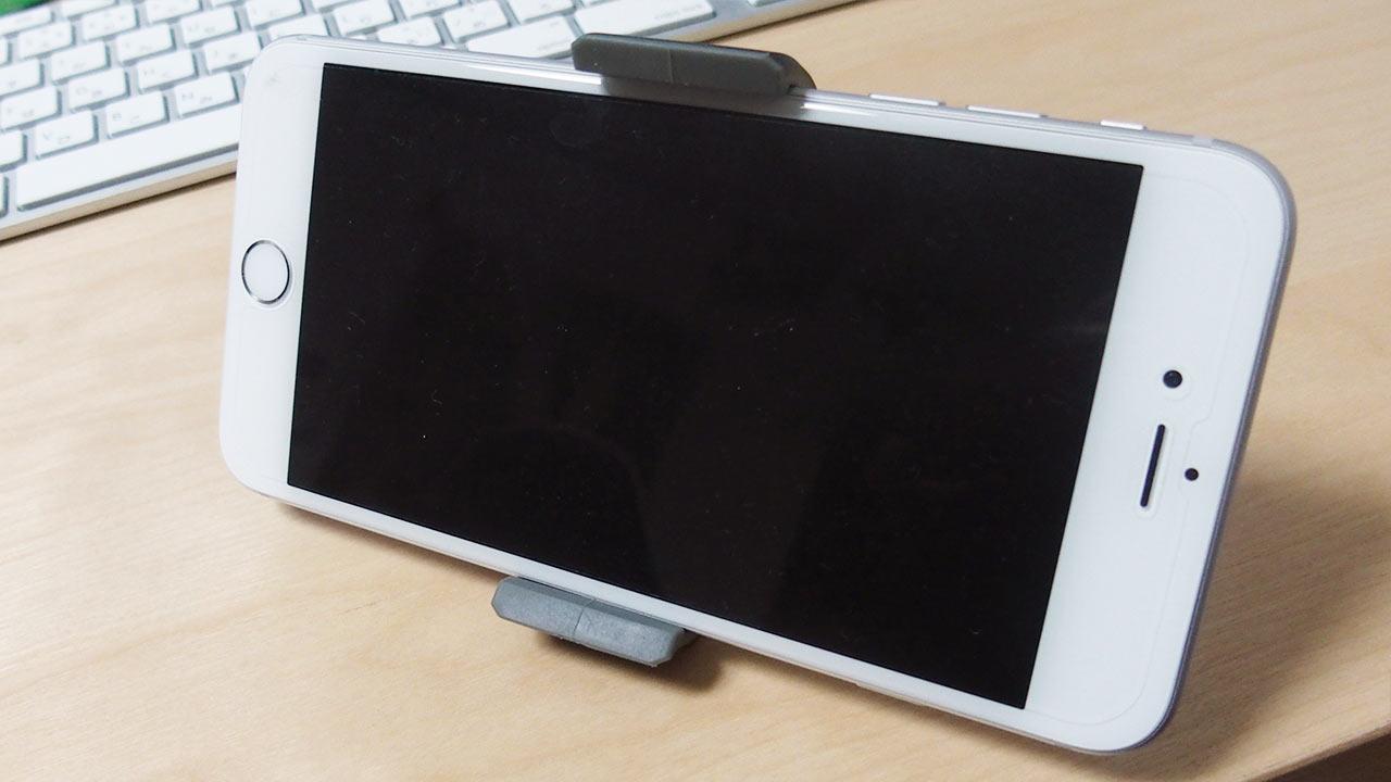 車載ホルダーにiPhone 6 Plusをはさんだところ