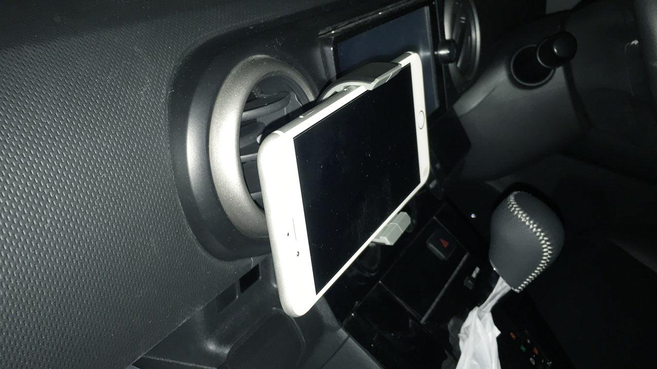 車載ホルダーにiPhone 6 Plusをはさんでエアコン吹き出し口に設置したところ