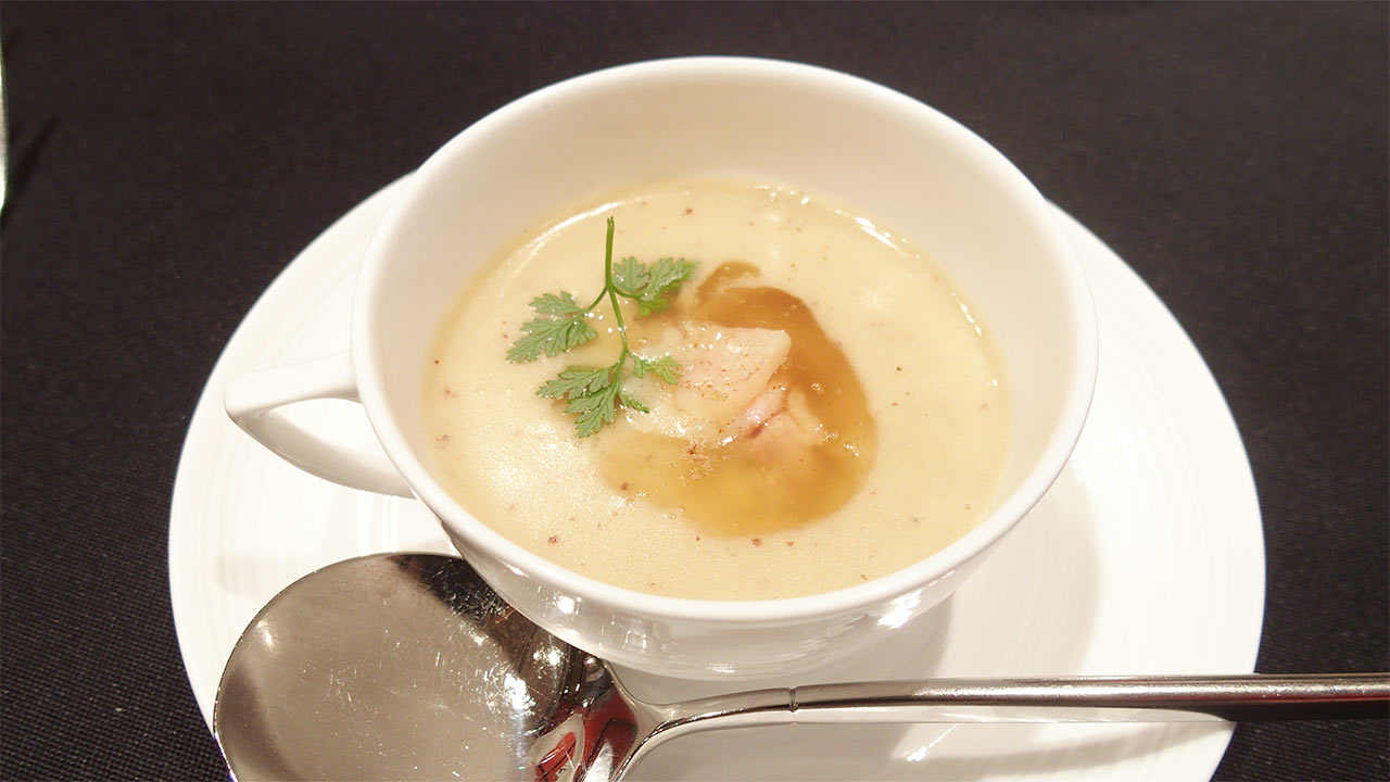 ラ・ロシェル山王の鹿児島フェア1品目 種子島産安納芋のヴルーテ 黒薩摩鶏のポッシェ