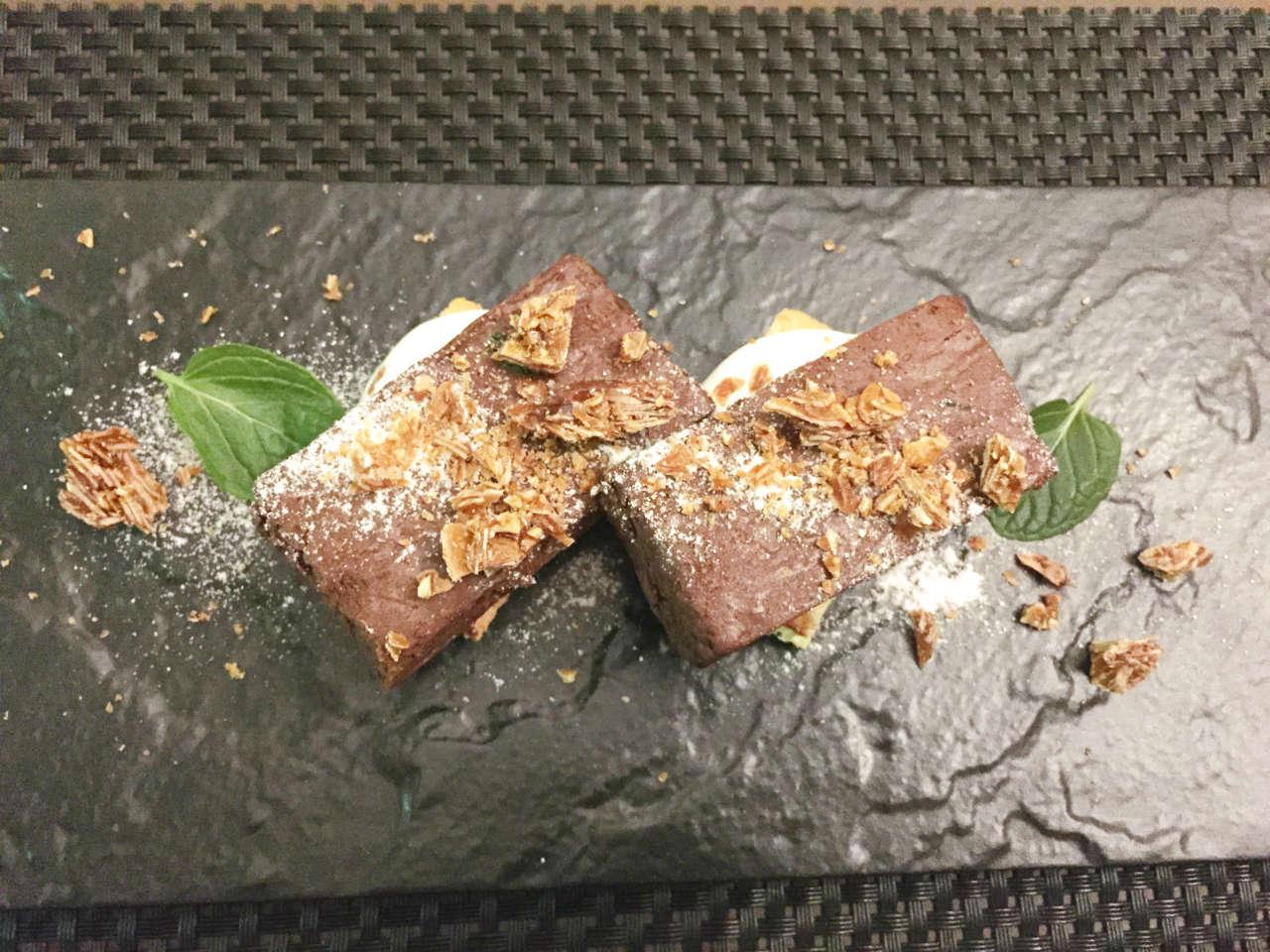 渋谷オーガスタスのテリーヌドショコラとスポンジケーキのラミントン風