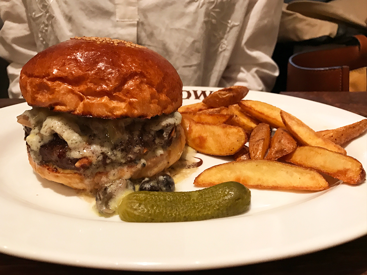 恵比寿「ブラッカウズ」のゴルゴンゾーラチーズのハンバーガー