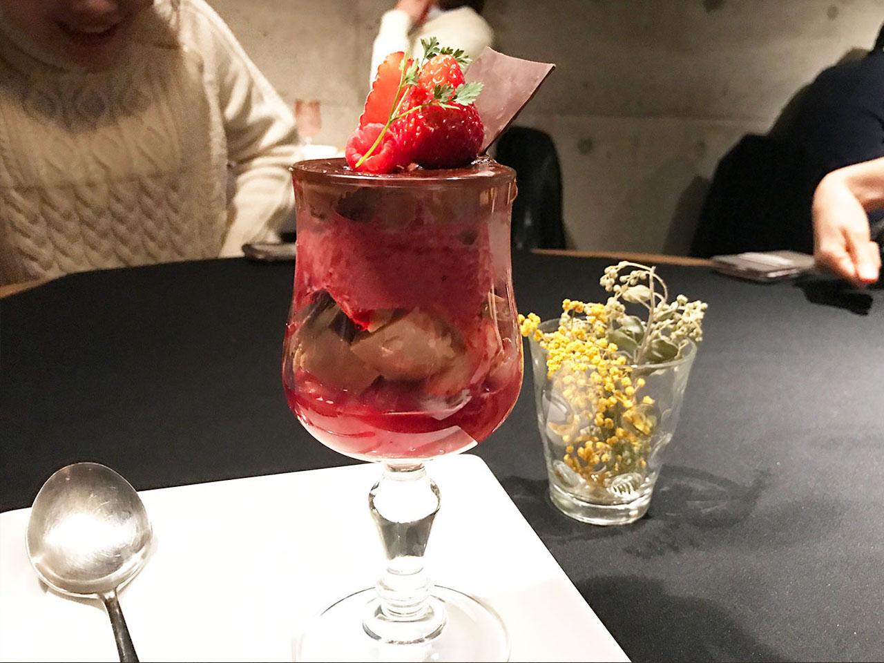 武蔵小山「ドゥボンクーフゥ」のフランス産チョコレートとベリーのパフェ