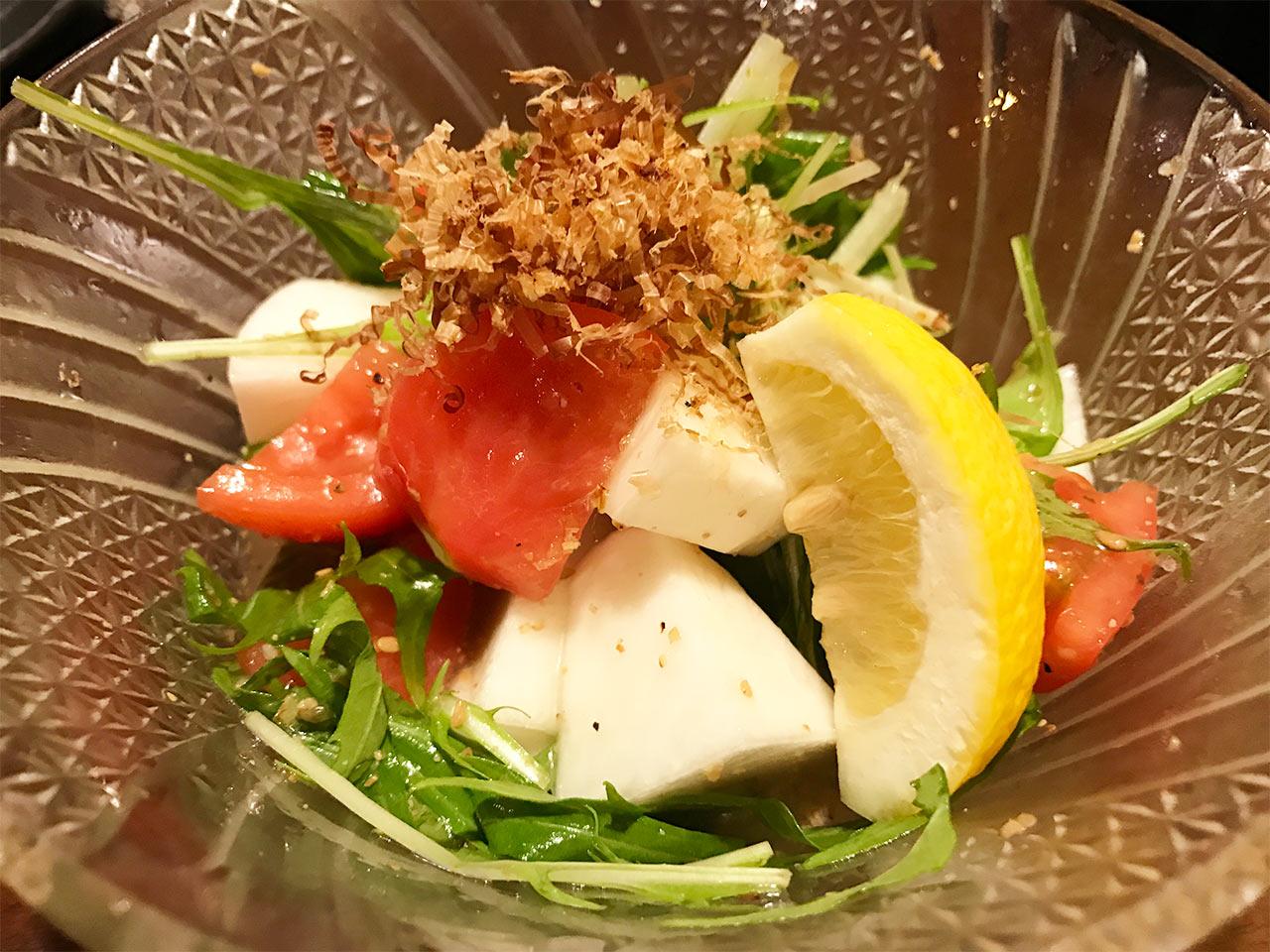 武蔵小山「ぴょん吉」の生カブと水菜のあら塩ドレッシングサラダ