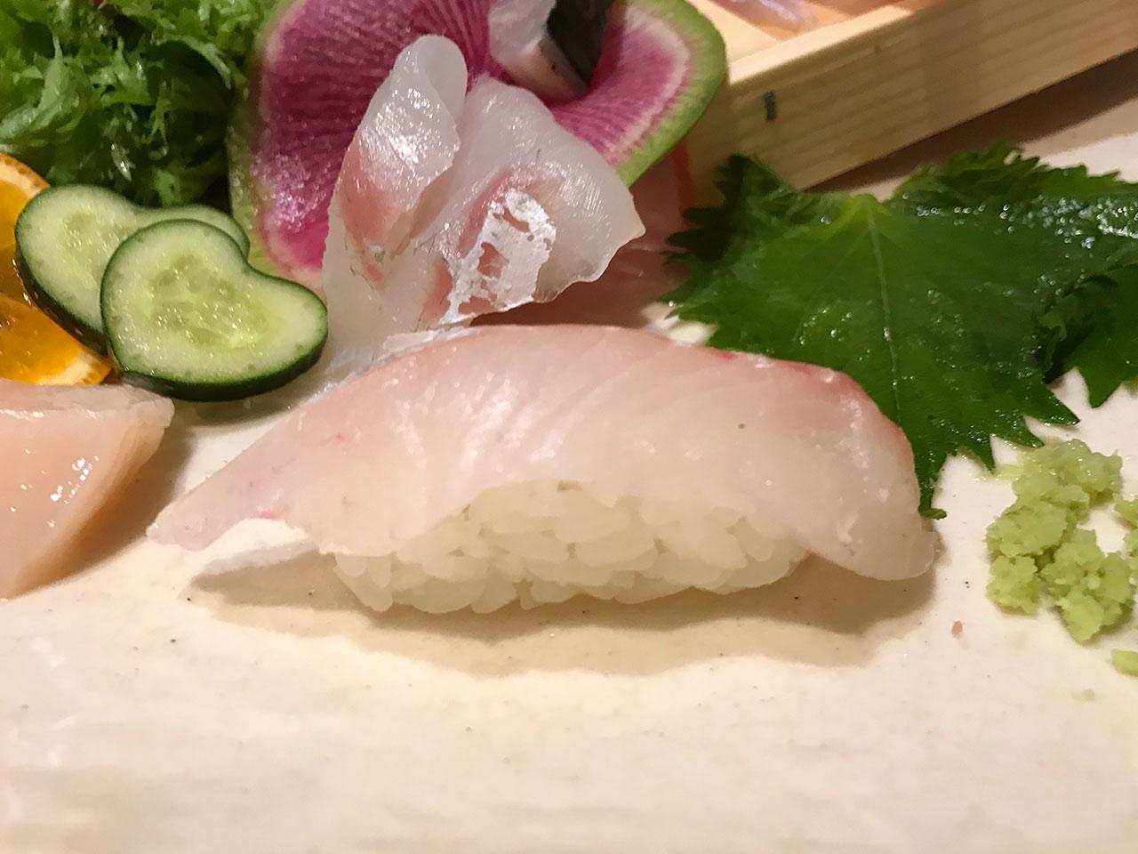 築地「虎杖裏店」のお造りをシャリに乗せて寿司に