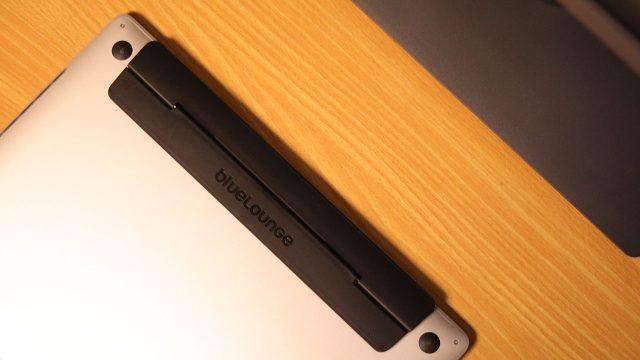 MacBookをちょうどいい角度に調整してくれる「Kickflip」がいい感じ