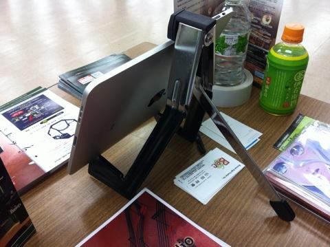 iPadスタンドをギタースタンドで代用してみた