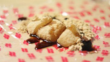 信玄餅の斬新な食べ方!包み紙に中身をひっくり返して蜜をかけて食べる方法!