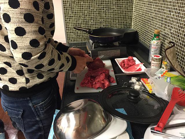 川崎ブログバカ七代目にてローストビーフを調理するタムカイ