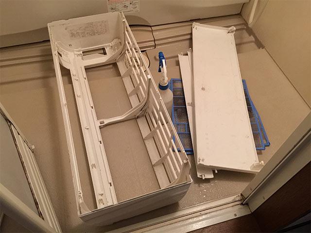 クリーンクラークのエアコンフィルターやカバーを風呂場で洗うところ