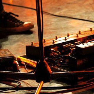 ライブで演奏前やMC中にチューニングする必要があるかどうかギタリスト視点で語る