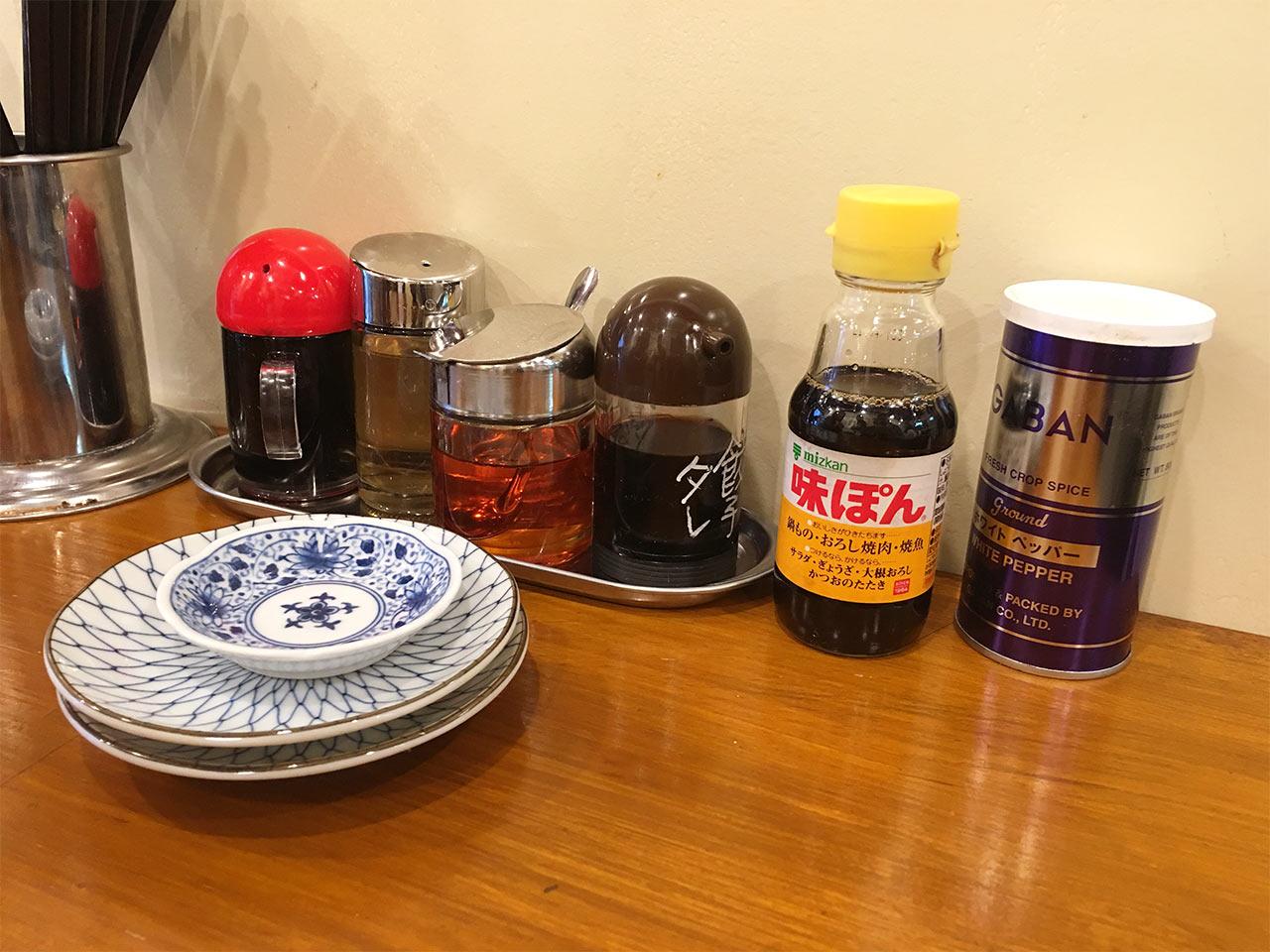 武蔵小山の餃子屋ふく肉のテーブルの調味料