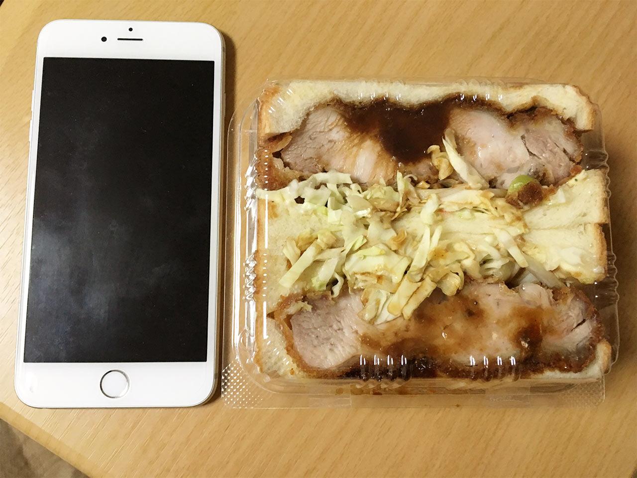 武蔵小山のパン屋nemoのチキンカツサンド大きさ比較