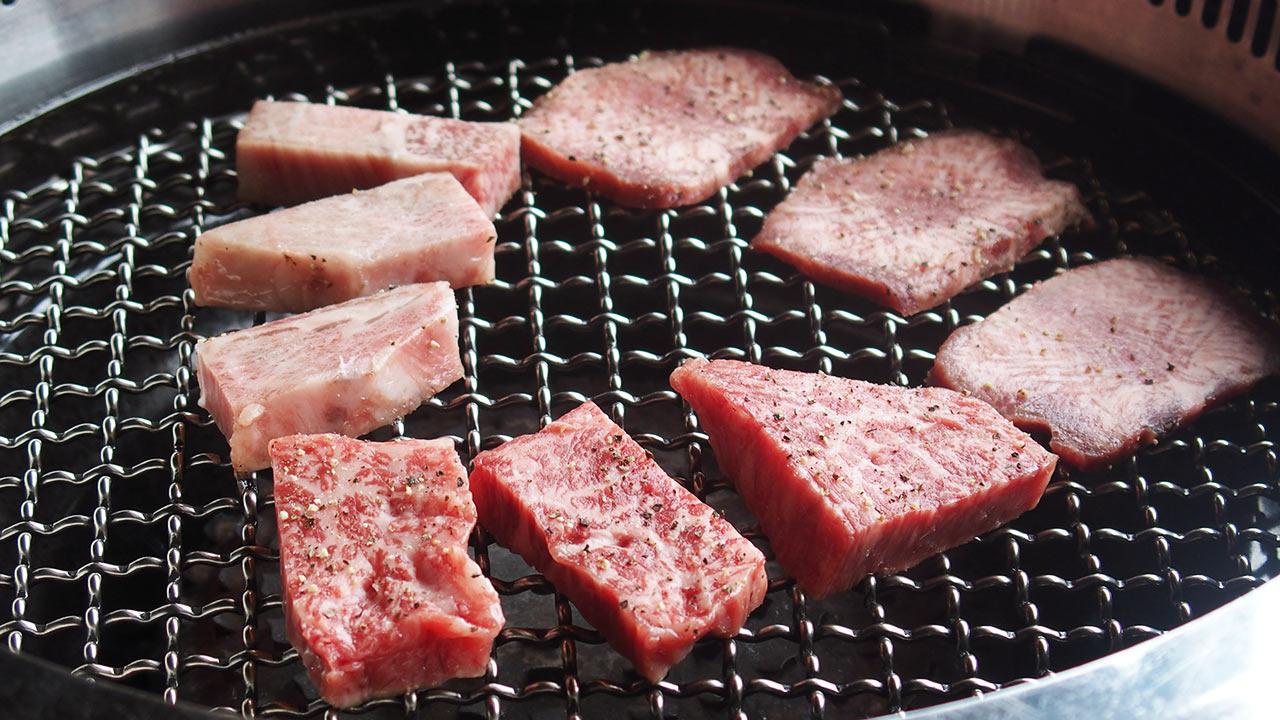 馬喰一代のランチの焼肉を焼き始めたところ