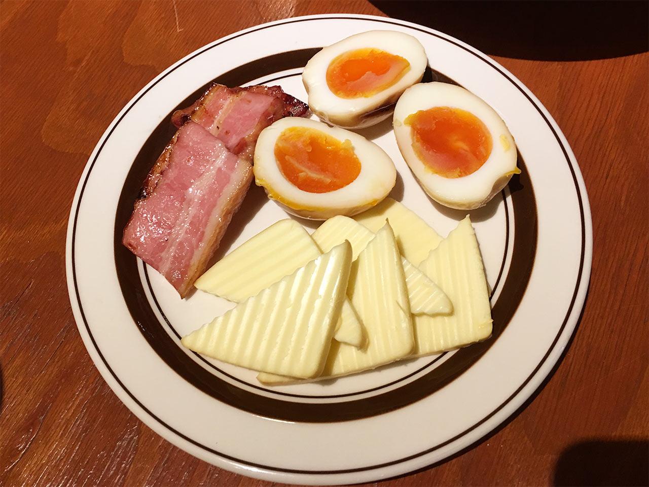 ブルックリンダイナー中目黒店のベーコンと卵とチーズのスモーク