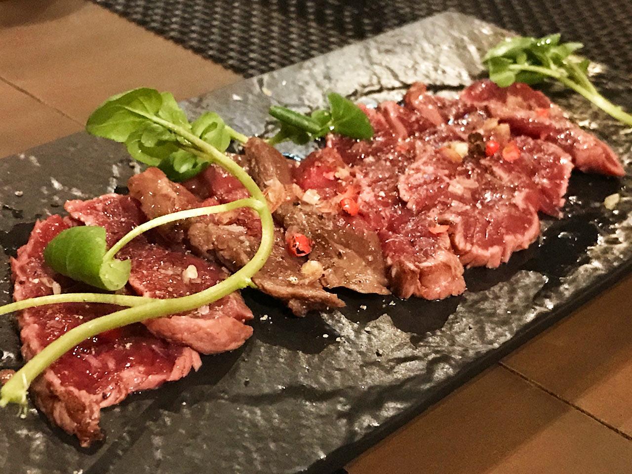 渋谷「ガストロパブ オーガスタス」のダチョウ肉のタタキ