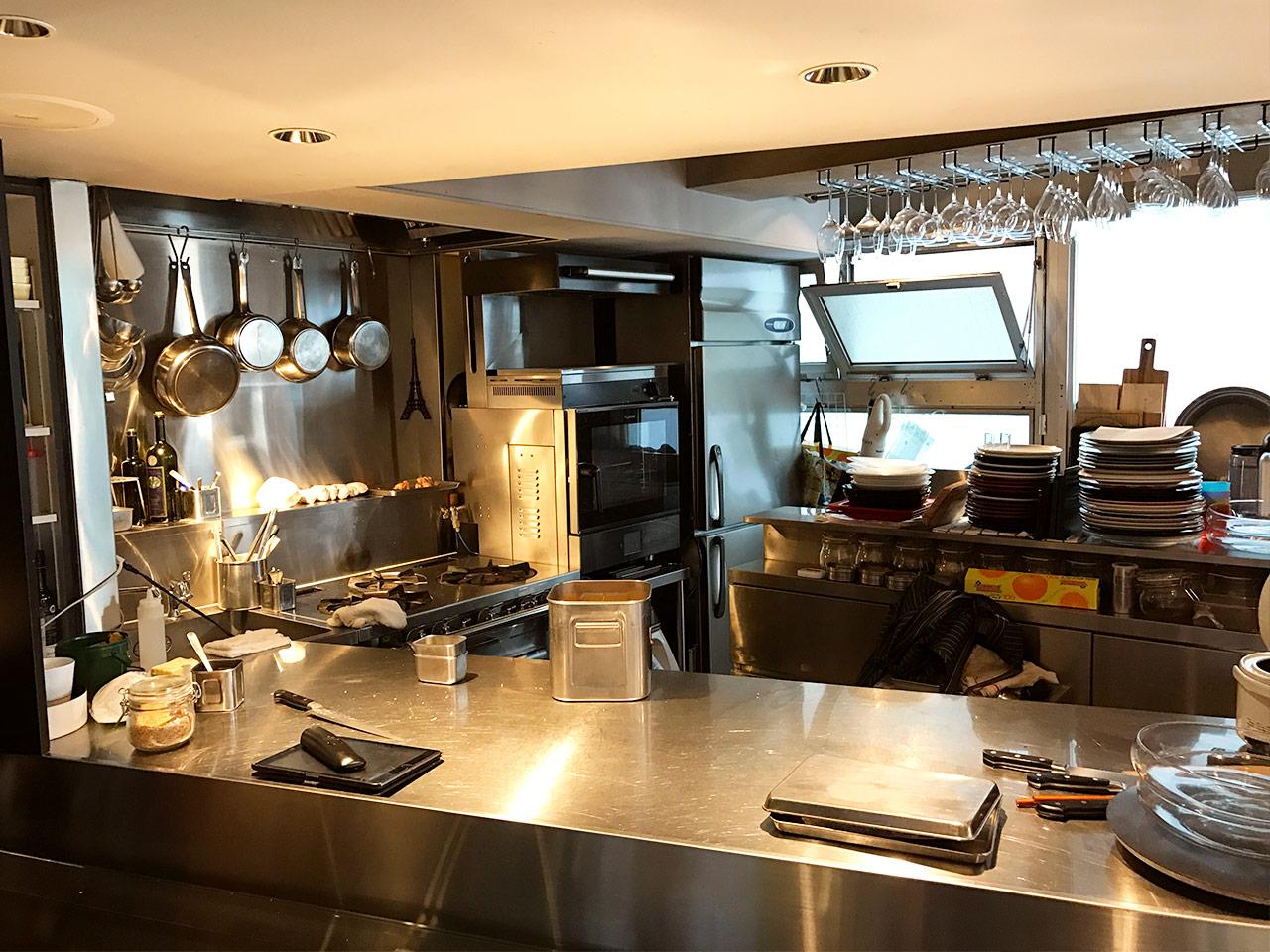 三軒茶屋「マルノワ」のオープンキッチン