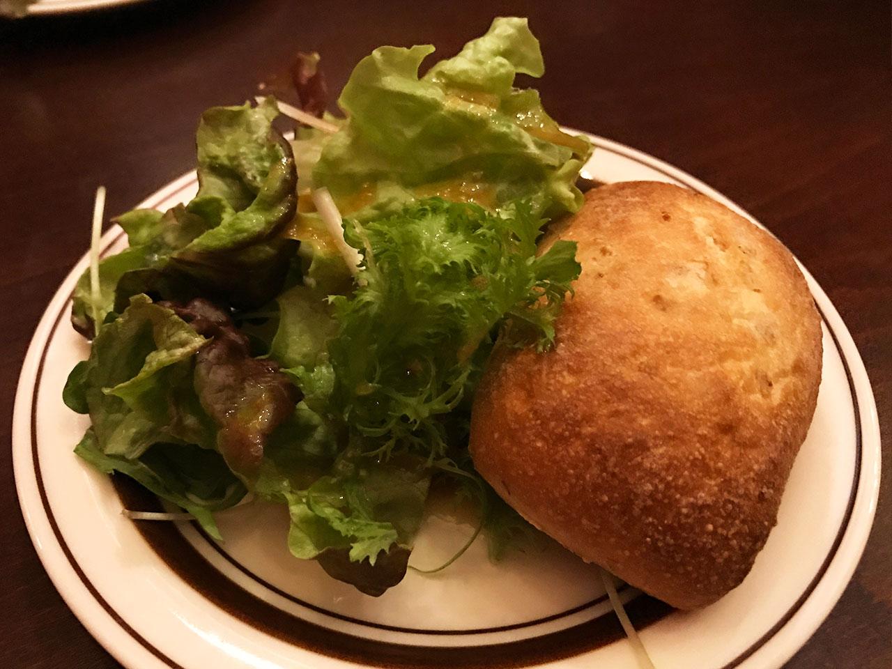 池尻大橋のイタリアン「Comodo Kitchen(コモドキッチン)」のサラダとパン