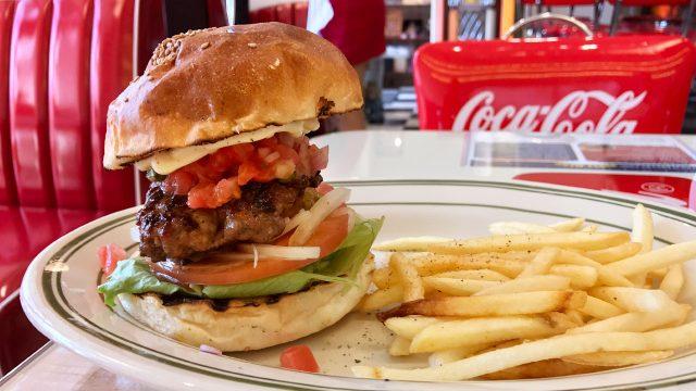 日本大通り駅近くのハンバーガー屋「PENNY'S DINER」のハンバーガーが肉感があってインパクトがすごい!うますぎて通いたいお店!