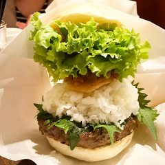 南青山のハンバーガー屋「ハラカラ。」の大根おろしたっぷりのハンバーガーが絶品!