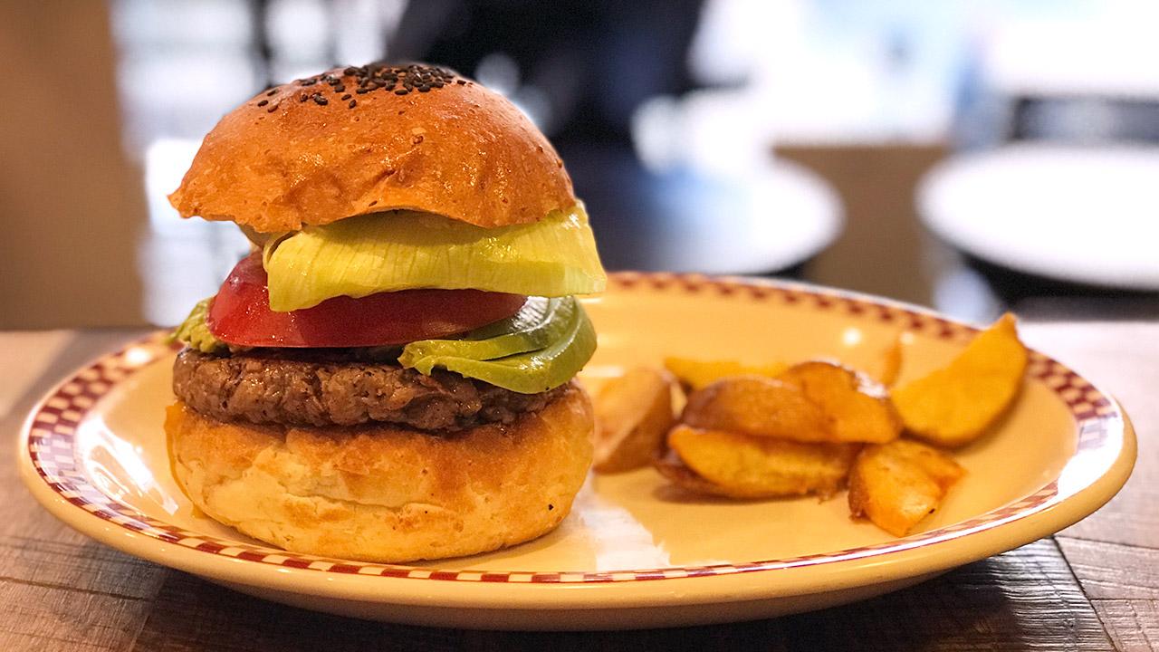 三田にある「マンチズバーガーシャック」のガッツリ肉に丁寧に仕込まれた野菜のバランスがいいハンバーガー