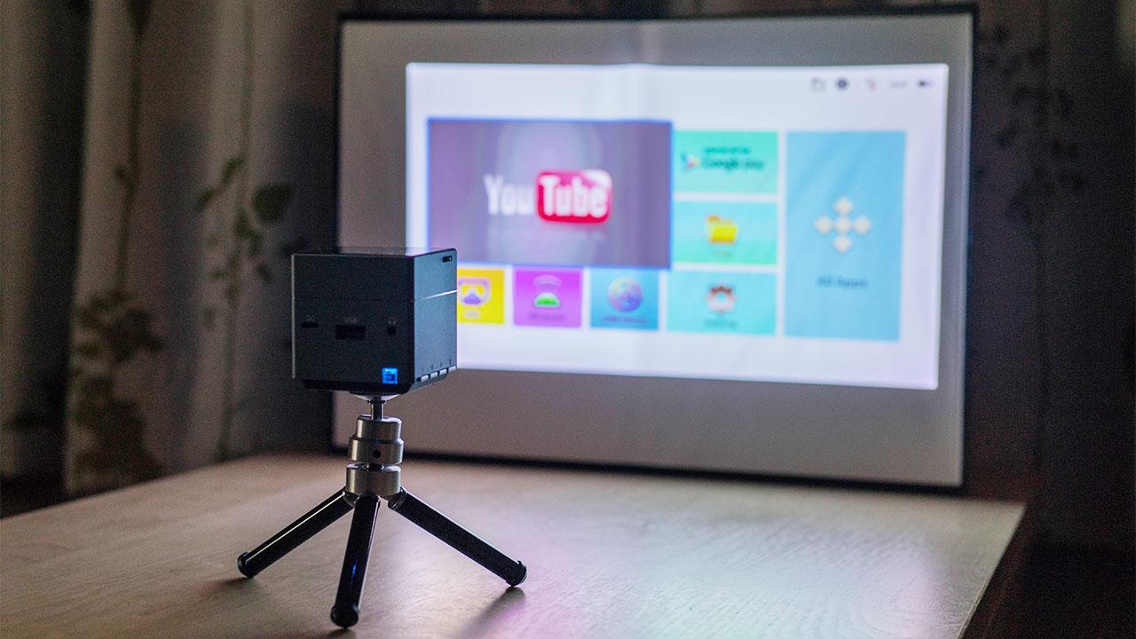 手のひらサイズの超小型プロジェクター「Pico Cube A」が便利!講演で使っても自宅で使ってもいい感じ!