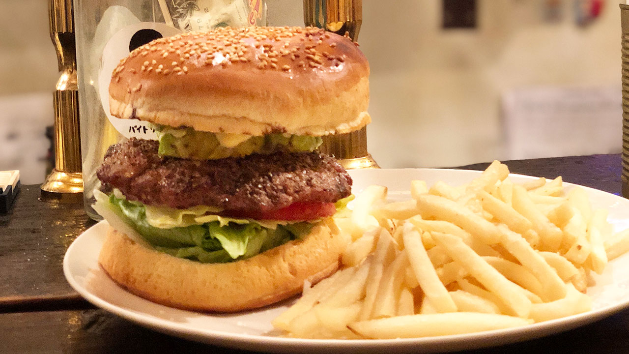 炭火で焼いたパティがうまい!渋谷「ウーピーゴールドバーガー」でアボカドバーガーをいただきました!