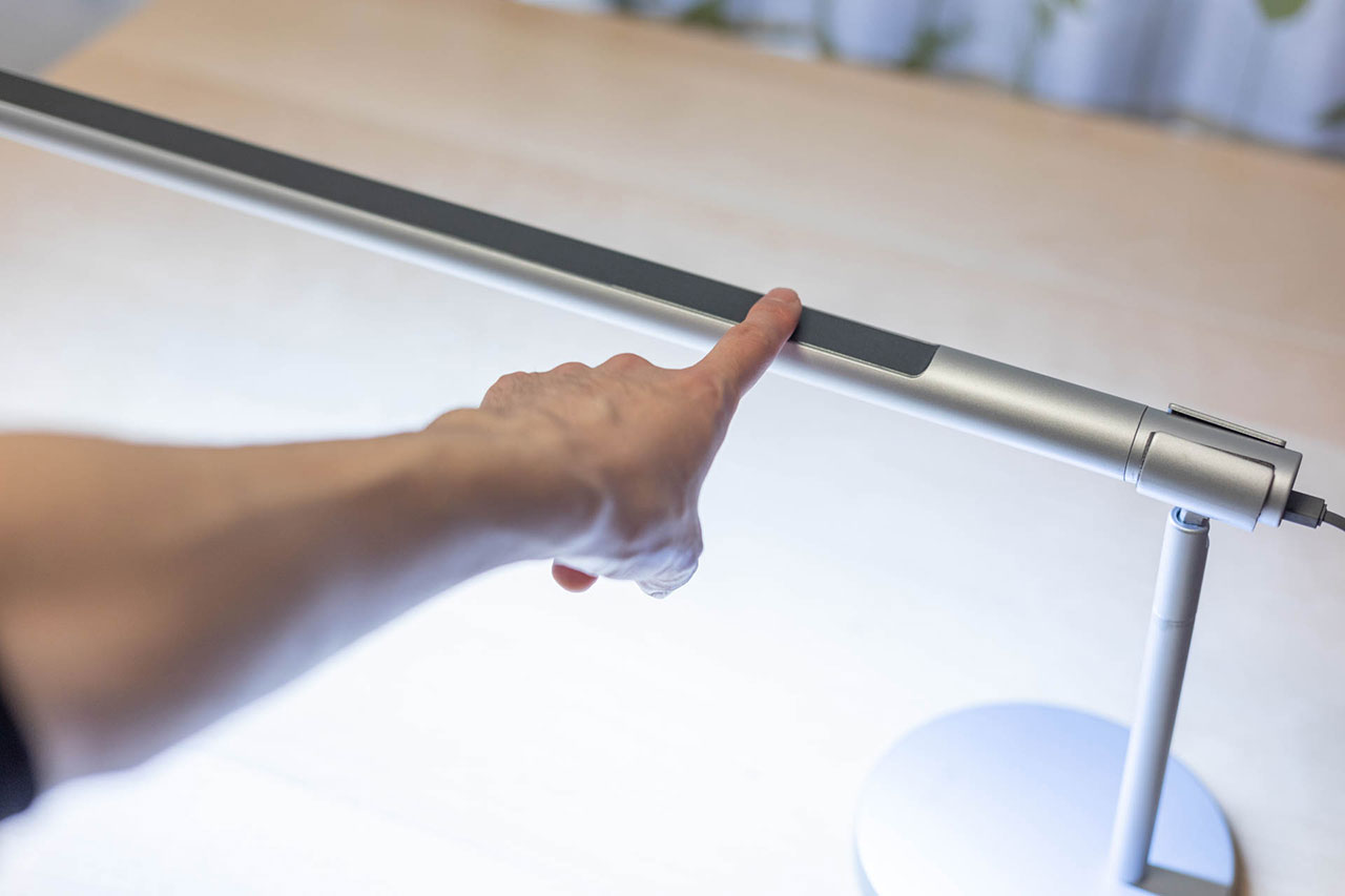 LightStrip Touch Deskの明るさ調整は指をスライドさせる