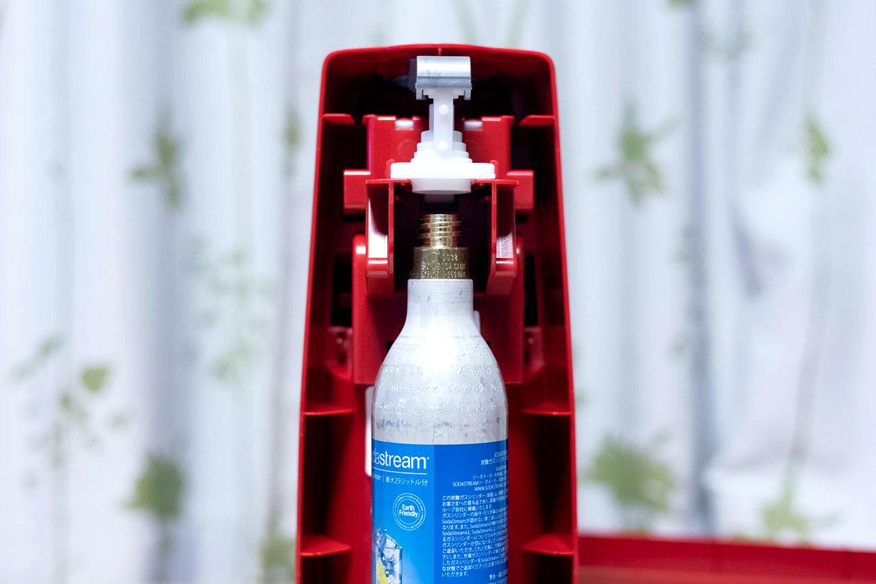 SodaStream(ソーダストリーム)にガスシリンダーをセットする手前