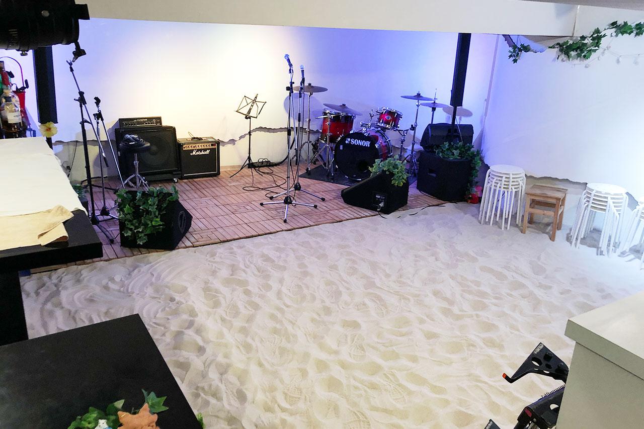 駒沢STRAWBERRY FIELDS店内の夏バージョン砂浜仕様