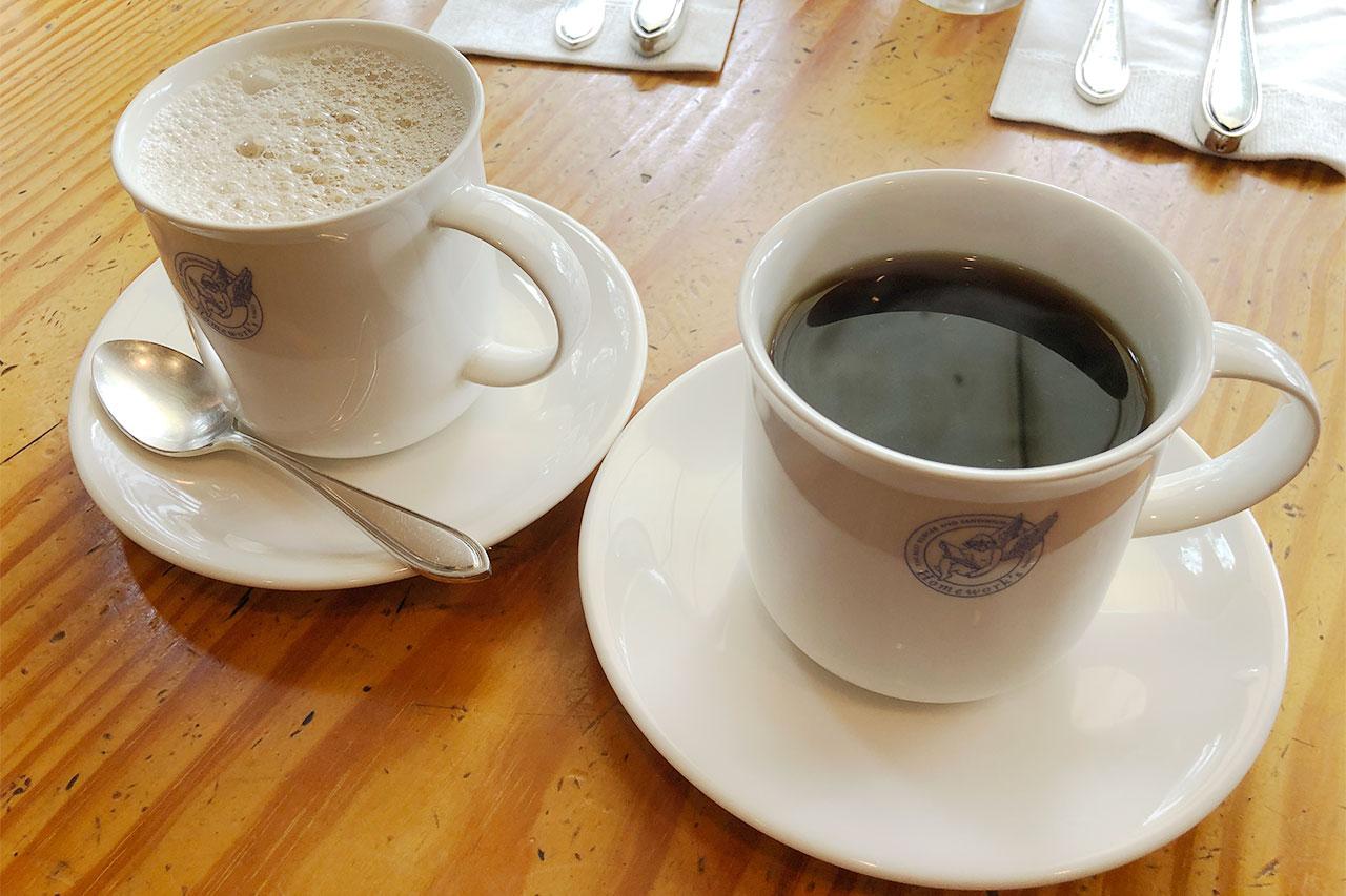 ホームワークス麻布十番店のカフェラテ(左)とホットコーヒー(右)
