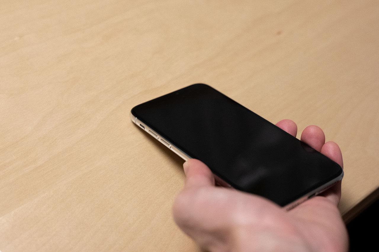 iPhoneで改札を通るときのiPhoneの持ち方