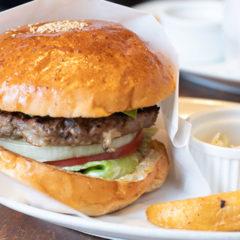 表参道のハンバーガーショップ「FELLOWS」のアボカドバーガーは肉感が楽しめて最高
