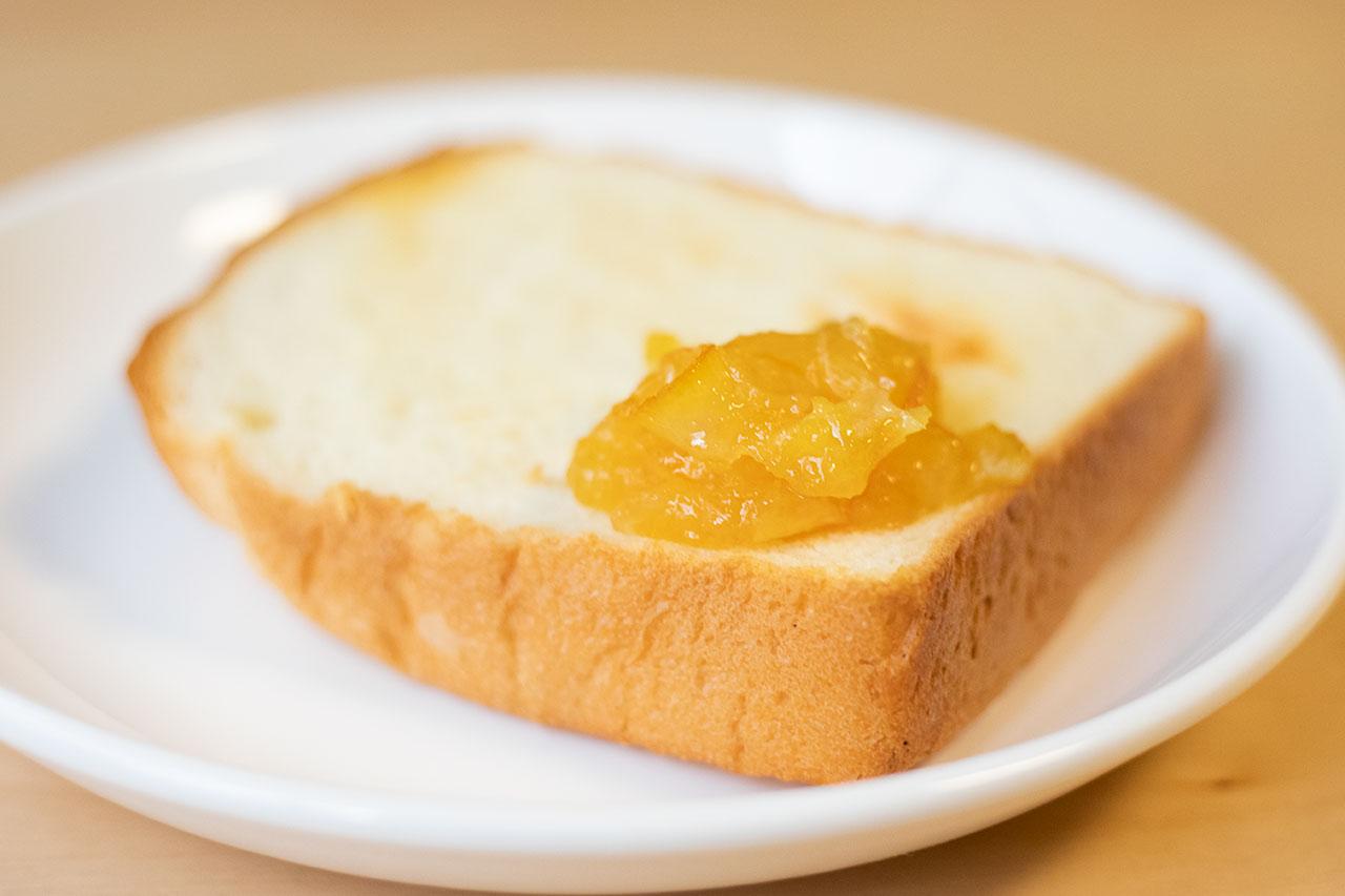 「究極のジャム」ネーブルオレンジをレブレッソの食パンに塗ったところ