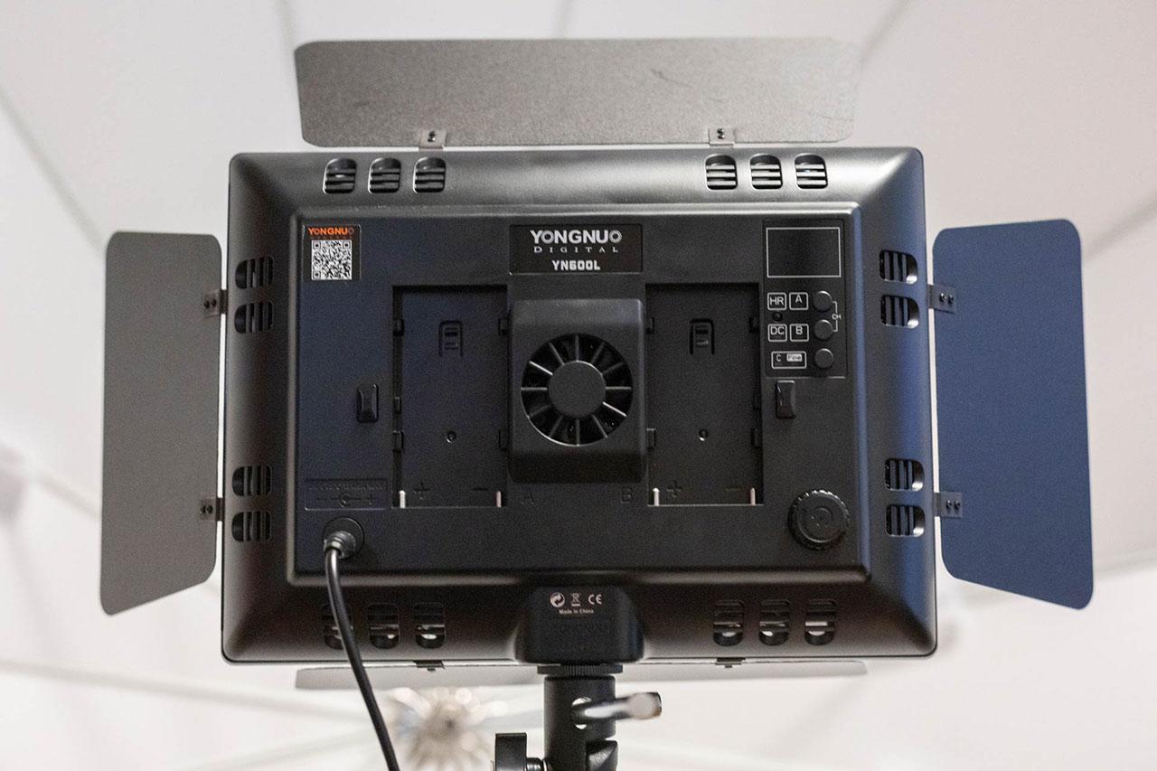 Yongnuo YN-600 LEDビデオライトの背面にはバッテリーも付けられる