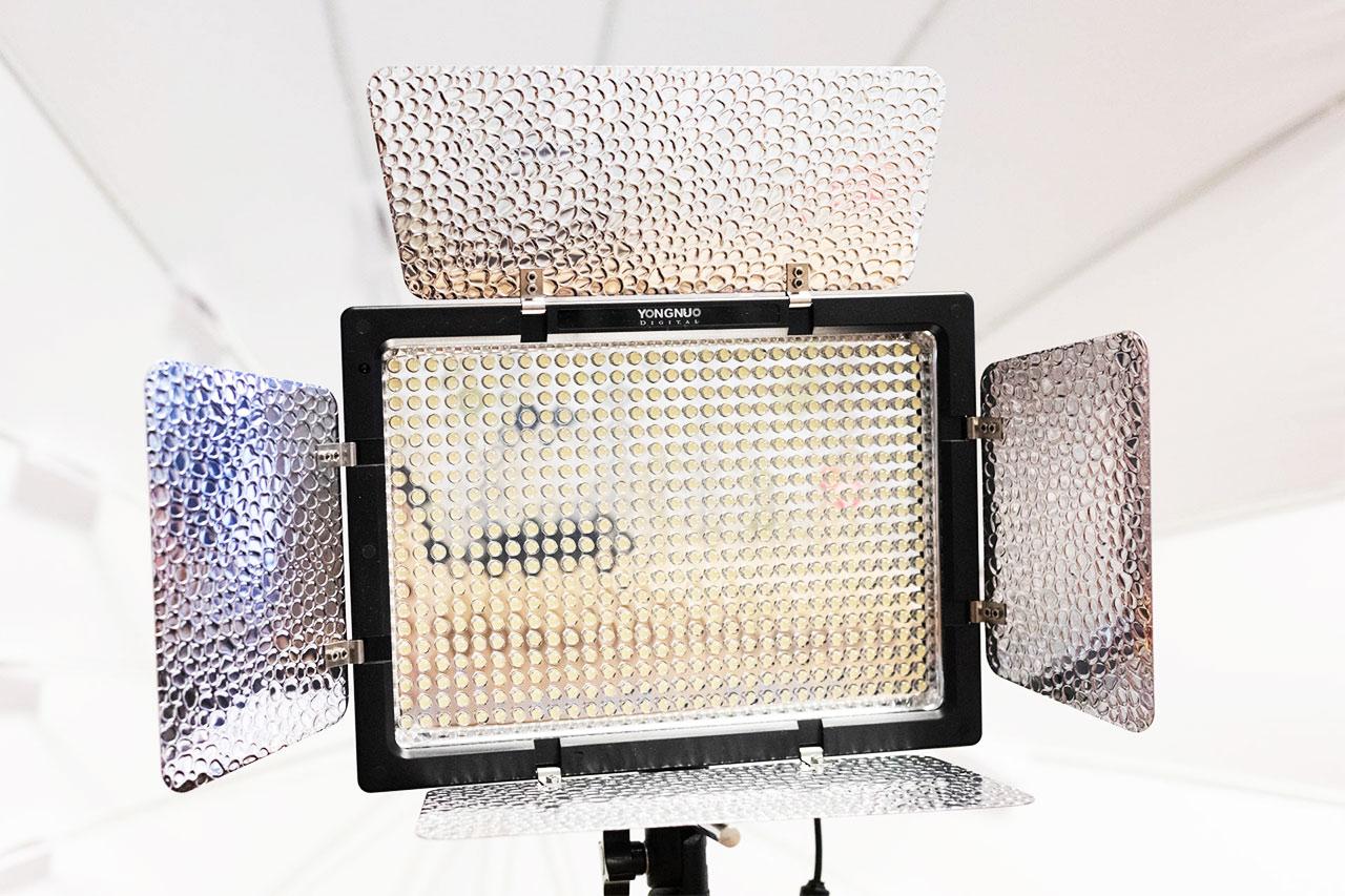 Yongnuo YN-600 LEDビデオライトの正面