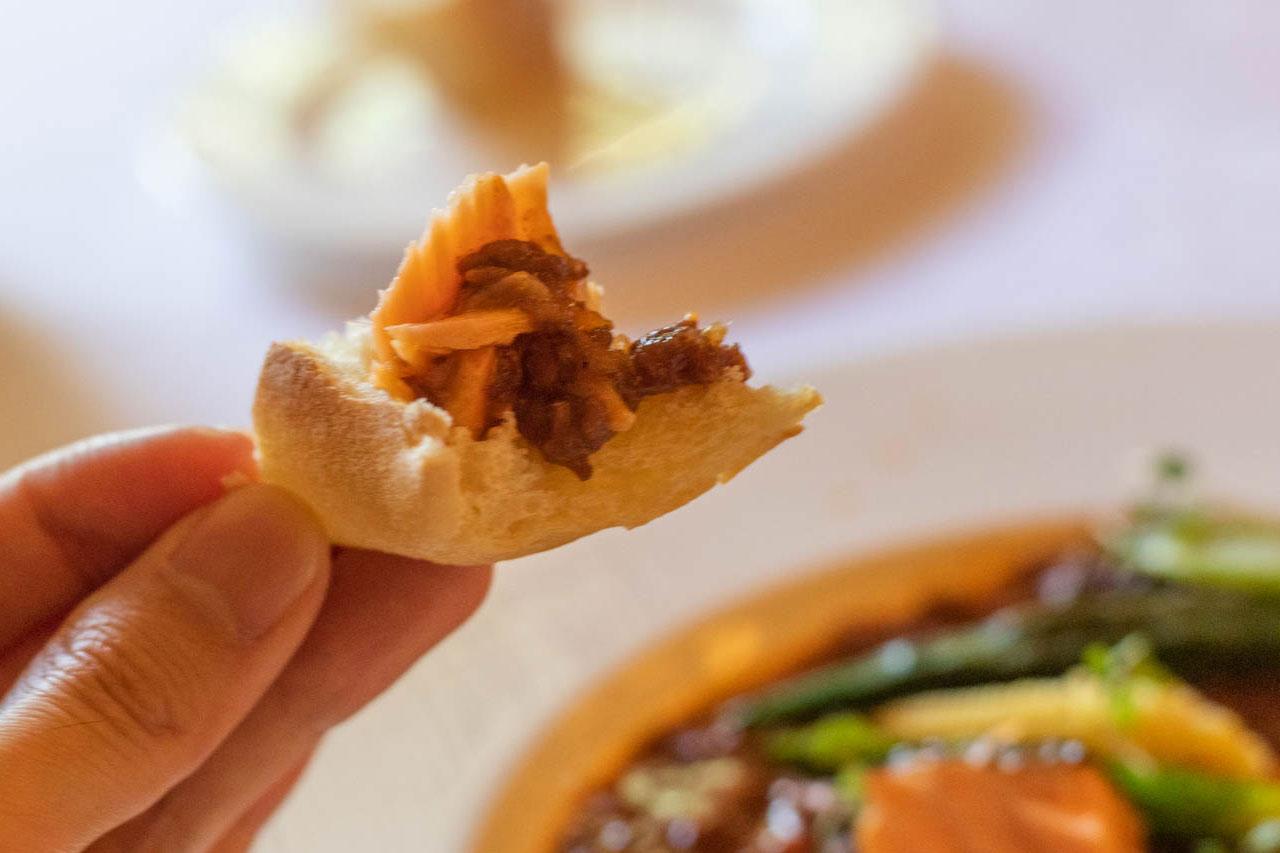 「Angepatio(アンジェパティオ)」のパンにチャウダーをつけて食べたところ