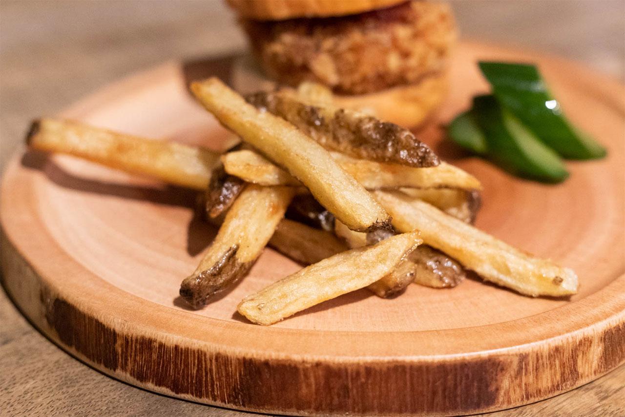 熟成肉とUSプライムビーフで作ったメンチカツのスライダーに添えられたフライドポテト