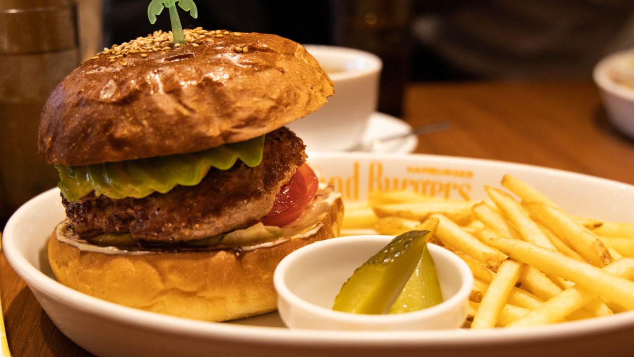 四谷三丁目「Island Burgers(アイランドバーガー)」はミディアムレアで焼かれた柔らかいパティがうまかった!