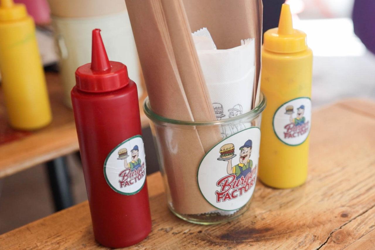 Burger Factoryのテーブルにあるケチャップやバーガー袋など