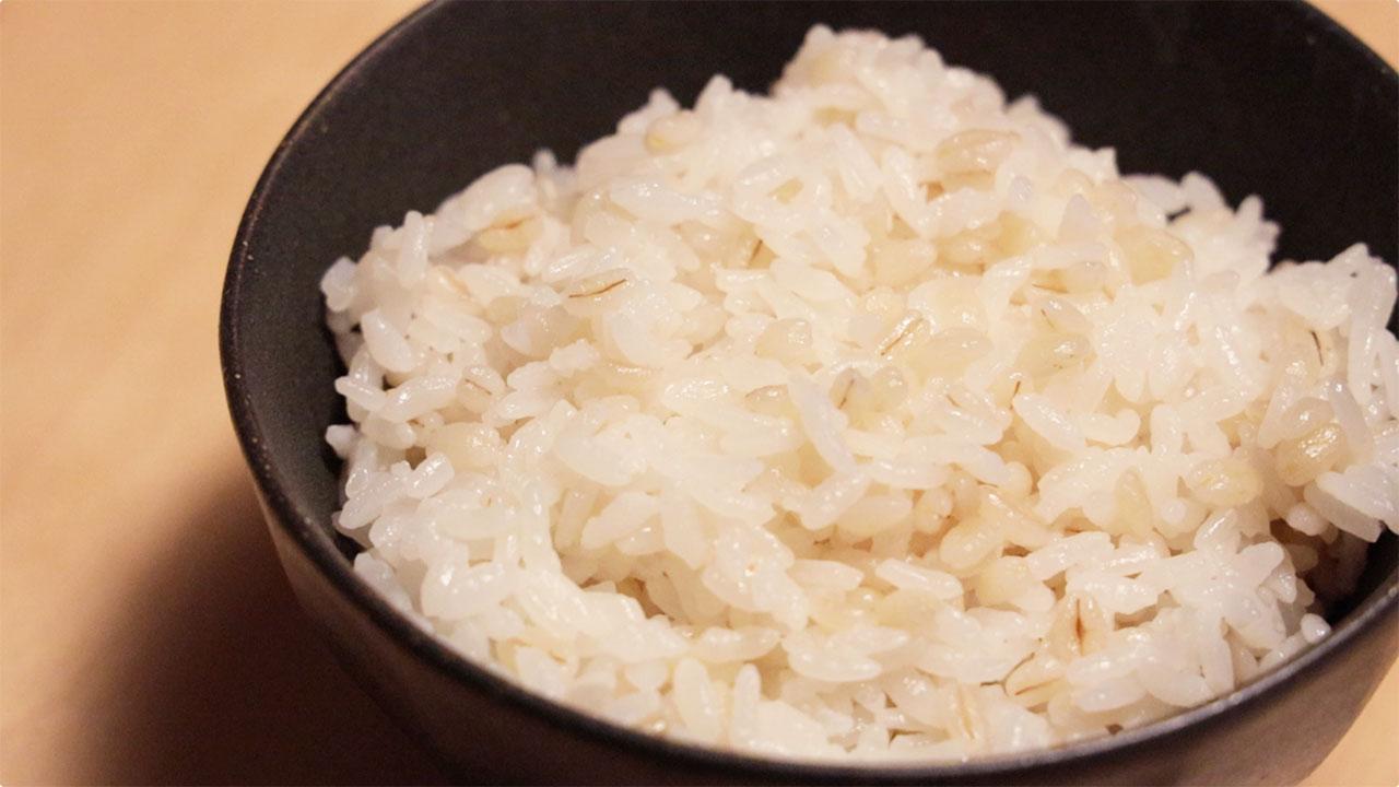白米にもち麦を入れてご飯を炊く方法!食物繊維豊富なので腸活にも最適!