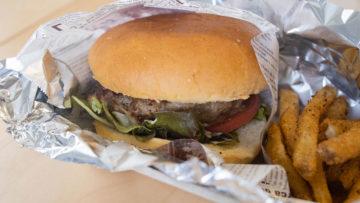 西小山「鉄板焼 若」のテイクアウトランチでハンバーガーとハンバーグ弁当を食べ比べました!