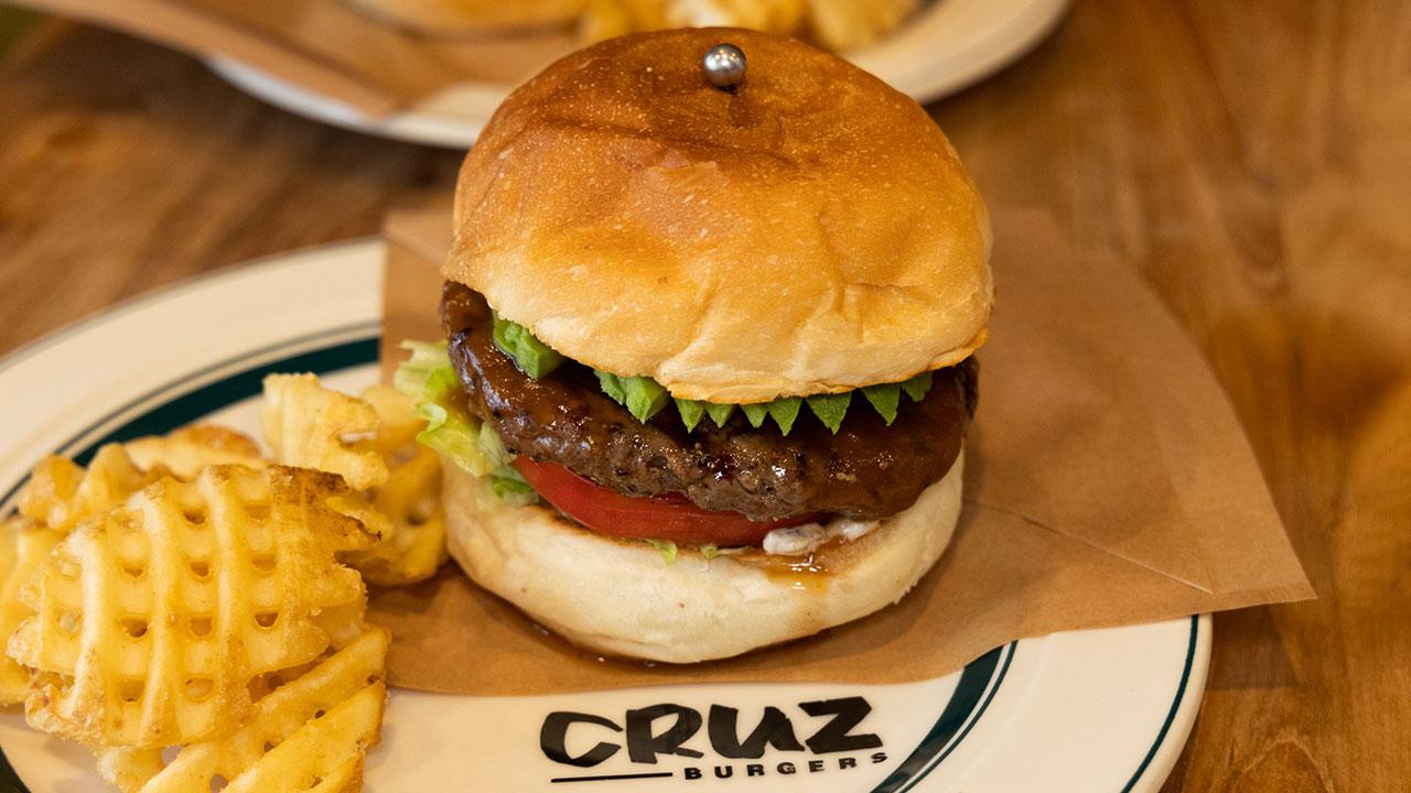 四ツ谷「CRUZ BURGERS」のテリヤキバーガーが絶品!ピーナッツが隠し味でコクのある味わい!